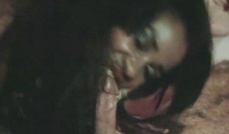 Sexy Mulher Madura puxa e mostrando seu corpo sexo caseiro gratuito na câmera