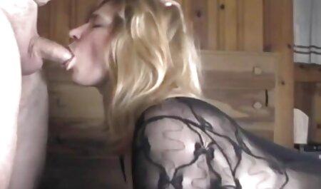 Jovem loira fica nua enquanto video gratis de sexo oral se exercita no ginásio