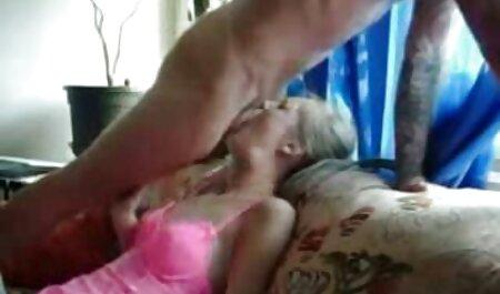 Uma mulher com peitos exuberantes chupando um grande óculos vídeo de sexo pornô doido pretos