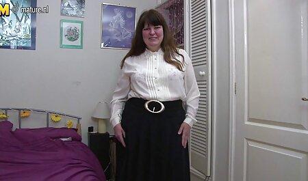 Bela mulher romena tateou com um L. com um brinquedo sexual e vídeo pornô grátis acariciando seu corpo curvo