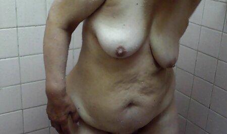 Um jovem modelo pornô sem vírus pornô interessado em uma pessoa sexy e sua irmã