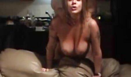 Uma jovem mulher samba pornô grátis sexo Preto agradecendo um homem negro para o trabalho