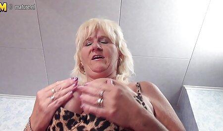 Peituda ver videos porno free Inglês menina em meias e ligas brinca com ela L.