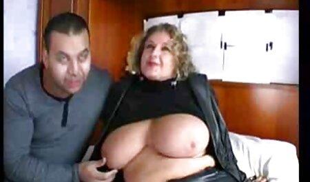 O cara recomendou uma mulher transando com cachorro grátis jovem para apresentar sua buceta para os galos dela