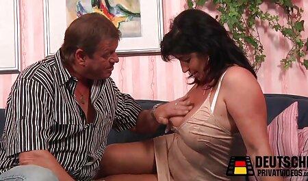 A jovem Pornografia modelo ser uma cara preto galo em pirno hub dela boca e uma grande suculento